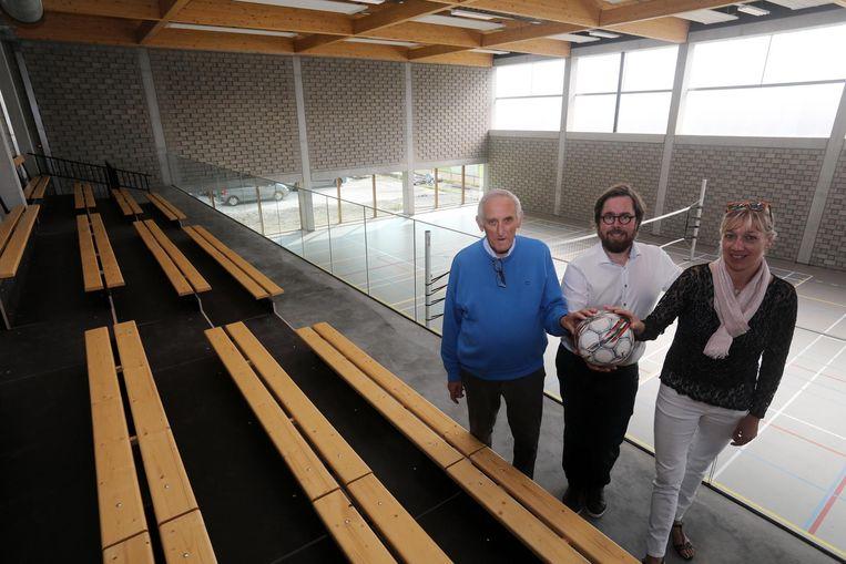 Marcel Marchand, voorzitter van de sportraad en drijvende kracht achter de nieuwe sportzaal (links), geniet samen met burgemeester Peter Velle en sportschepen Ulriche Vanheste van de opening .