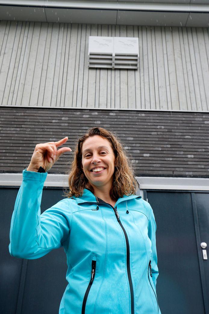 Stadsecoloog Gitty Korsuize geeft de maat van de spleten aan.