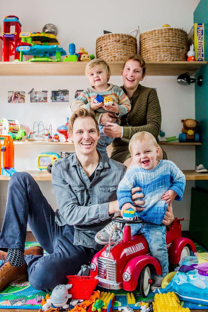 Koen van Langen en Anouk Martens uit Tilburg sparen 25 euro per maand per kind. Ook de opa's en oma's doen een duit in het zakje. ,,Dat moet van pas komen als ze gaan studeren.''