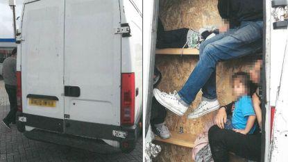 Migranten in piepkleine ruimtes van bestelwagen gepropt: mensensmokkelaars krijgen jaren cel en boetes tot 760.000 euro