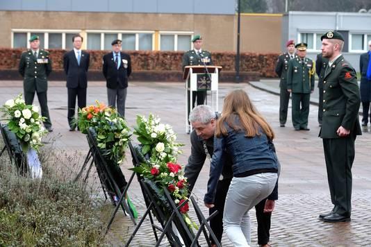 Burgemeester Jacques Niederer van Roosendaal legt een krans tijdens de Koreaherdenking op de commandokazerne.