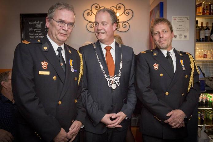 Bart Bedeaux en Leo Stegeman, met in hun midden loco-burgemeester Johan Sluiter.