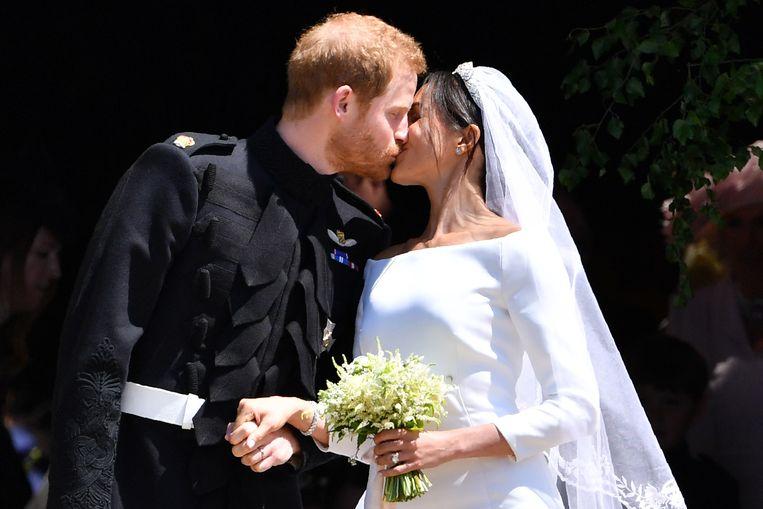De eerste kus na het huwelijk tussen Meghan en Harry.