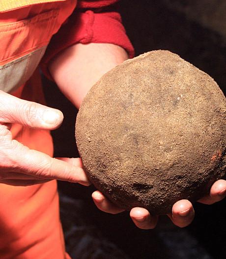 Zeven oude kanonskogels gevonden bij opgravingen in Zutphen