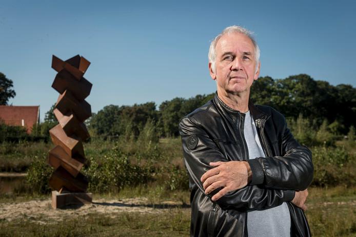 Rinus Roelofs bij een van de door hem ontworpen beelden langs De Doorbraak. Foto: Emiel Muijderman
