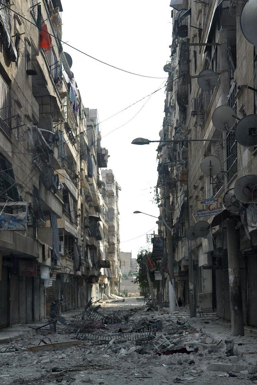 Een verwoeste straat in de wijk Salaheddin in Aleppo, waar rebellen hevig vochten tegen de regeringstroepen. Beeld AFP