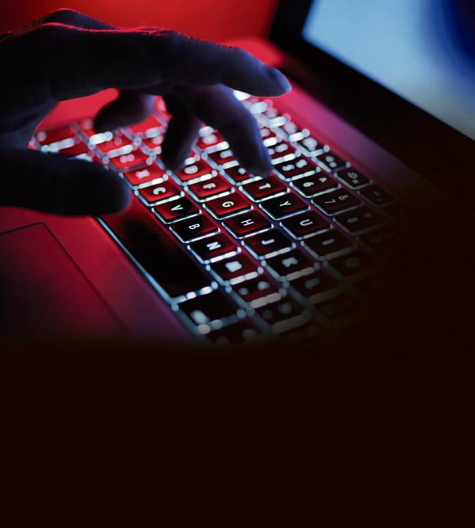 De directeur achterhaalde het prive-mailadres van zijn voormalige collega en gebruikte een oud wachtwoord van hem om binnen te dringen.