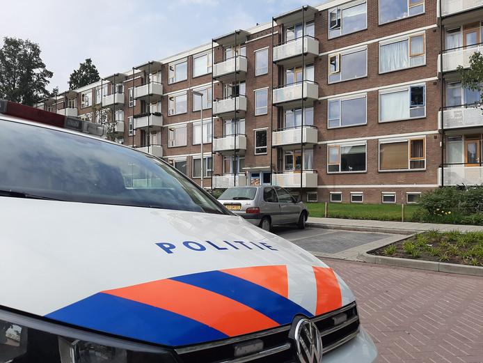 De politie viel vanmorgen deze flat binnen op zoek naar een verdachte.