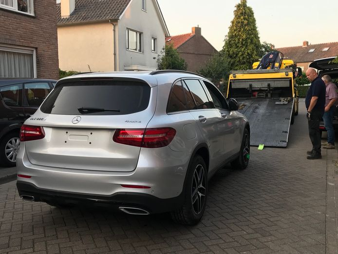 In garageboxen aan de Jan van Speykstraat in Vught heeft de politie twee gestolen auto's teruggevonden.