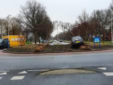 Bestuurder parkeert auto op Kamper rotonde