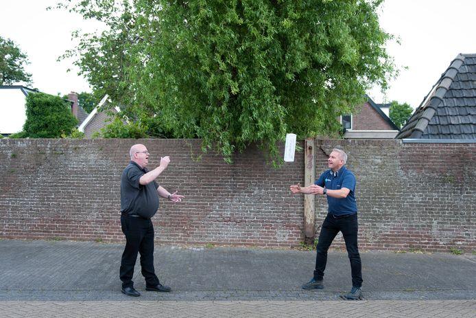 Suprmarktbazen Ron Vermaning (links) en Gerrit Boomgaard aan het overgooien met een verpakking voor de kruidkoek.