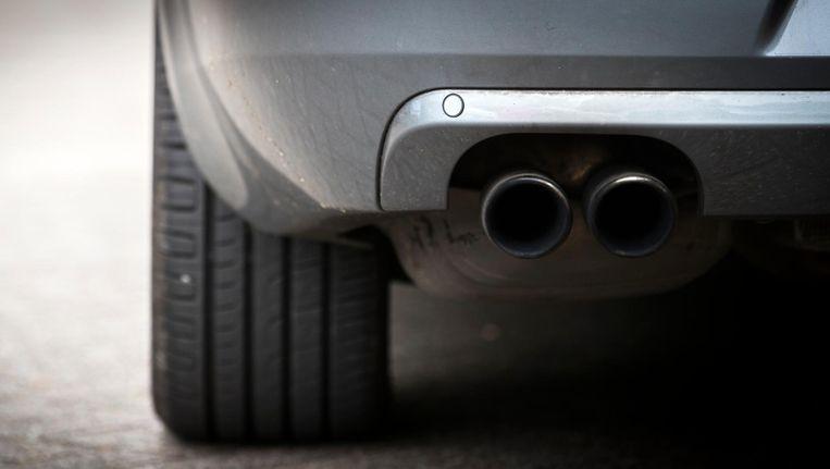 De uitlaat van een dieselauto. Ruim de helft van de dieselauto's die in ons land een milieucertificaat hebben gekregen, stoot meer uitlaatgassen uit dan de fabrikanten opgeven. Beeld null