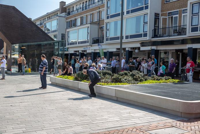 Man steekt zichzelf met mes in de hals op Nieuwe Markt in Roosendaal