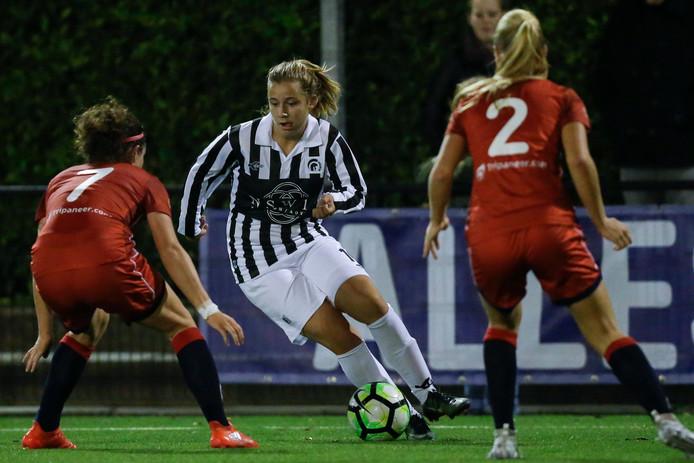 Sophie Cobussen aan de bal voor Achilles'29 tegen FC Twente.