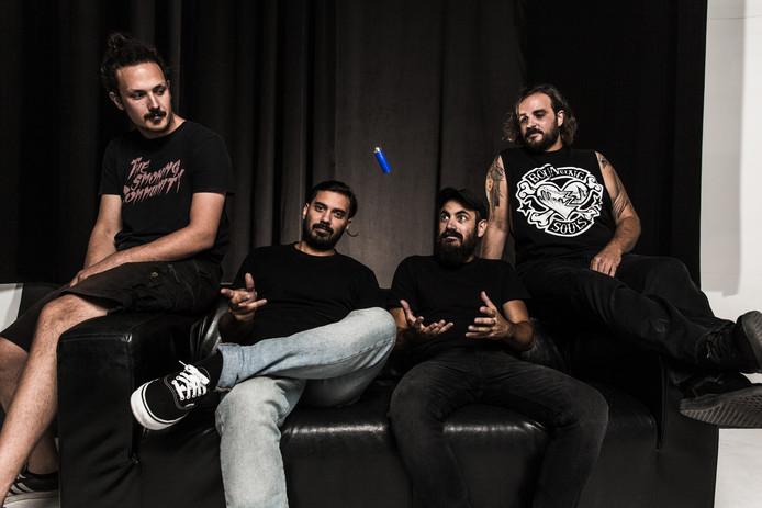 1000mods (vlnr): Labros G. (drums) , Dani G. (bas), Giorgos T. (gitaar) en Giannis S. (gitaar).