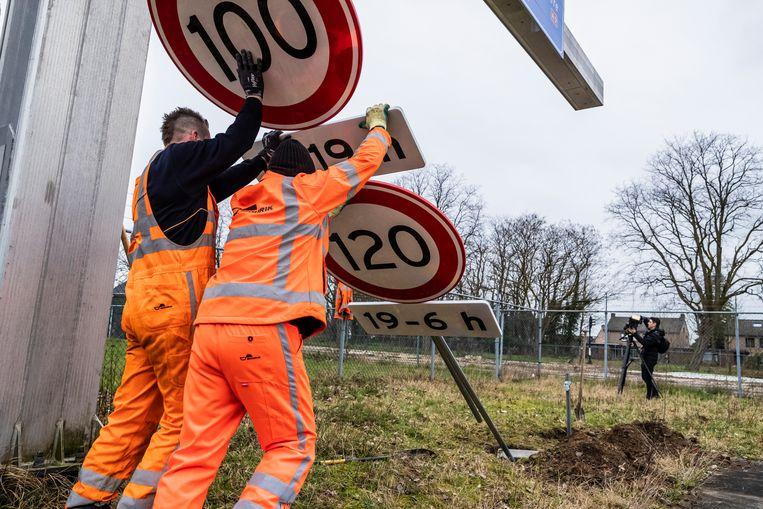 Sinds half maart geldt op Nederlandse snelwegen overdag een maximumsnelheid van 100 kilometer per uur. Dat moet zorgen voor minder stikstofuitstoot door het wegverkeer. Beeld ANP