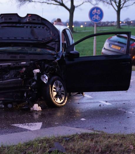 Twee auto's botsen tegen elkaar in Ulft, een belandt in de sloot