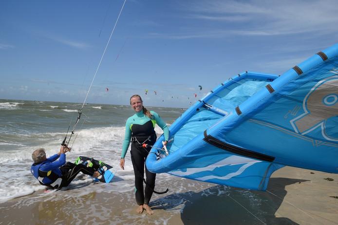 Ger van der Ham en Ivanka genieten aan de Brouwersdam van de wind en hun kites.