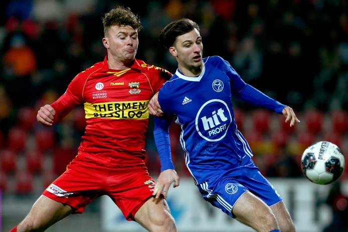 Julius Bliek vorig seizoen namens GA Eagles in duel met Stijn Meijer van Almere City.