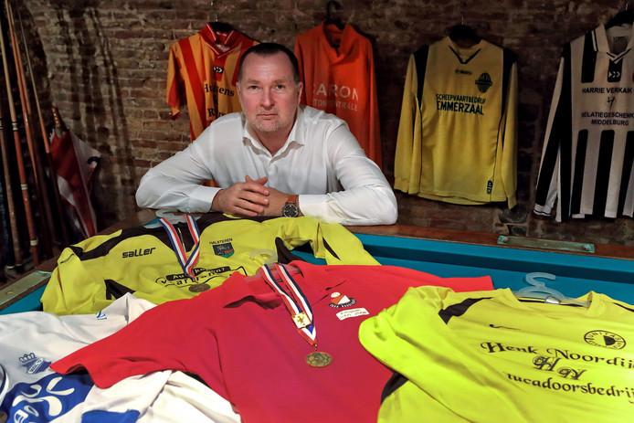 Unitas '30-trainer Kees de Rooij tussen de shirts van de clubs waar hij of als voetballer of als trainer geweest is. Foto Chris van Klinken / Pix4Profs