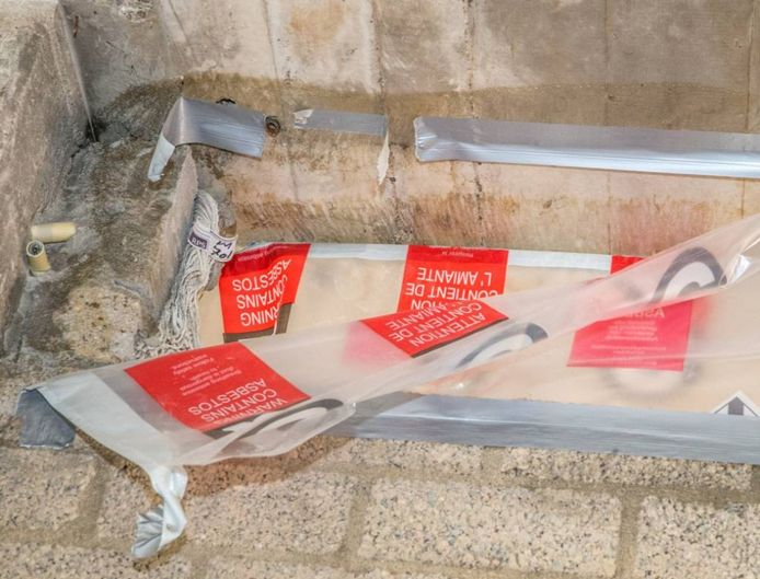 Een asbesthoudend koord bovenin een muur in het toekomst biebgebouw.