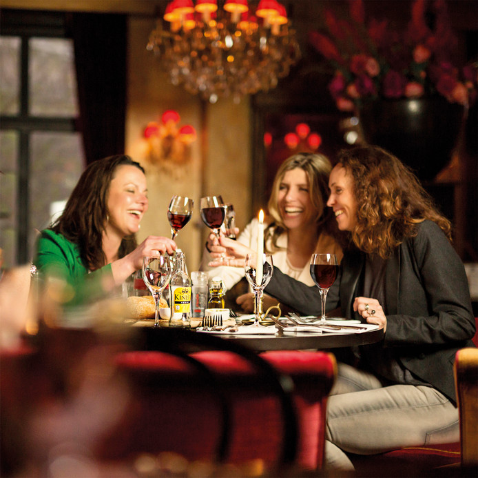Vrouwen bij restaurant Humphrey's in Arnhem