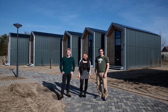 Thomas Huisman, Natascha van der Sijs en Marien Nederbragt (van links naar rechts) voor hun tiny houses aan de Droogsehof in Malden.