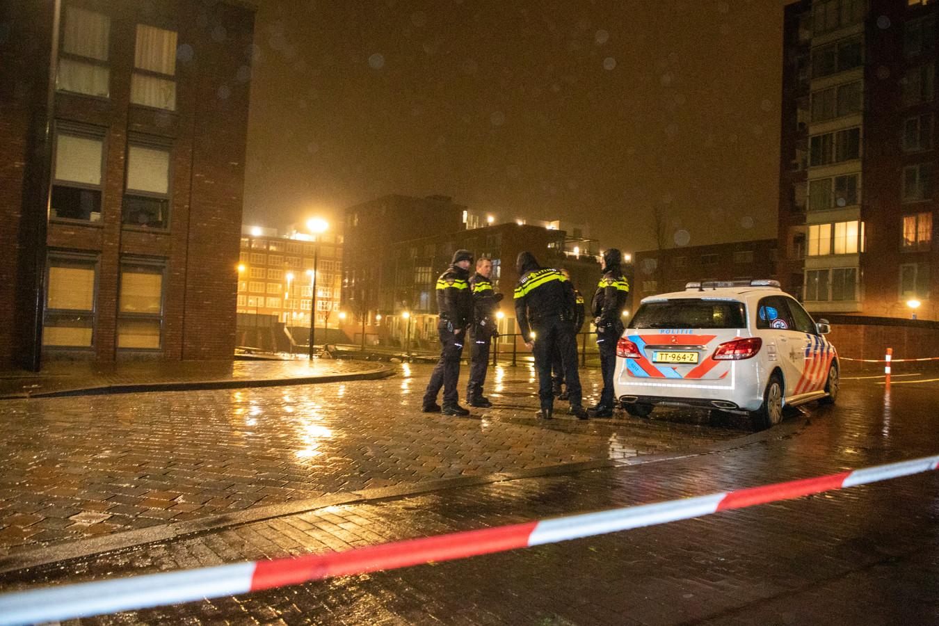 Politie op de plek waar de 43-jarige oud-profvoetballer Yassine Abdellaoui uit Amsterdam werd neergeschoten.