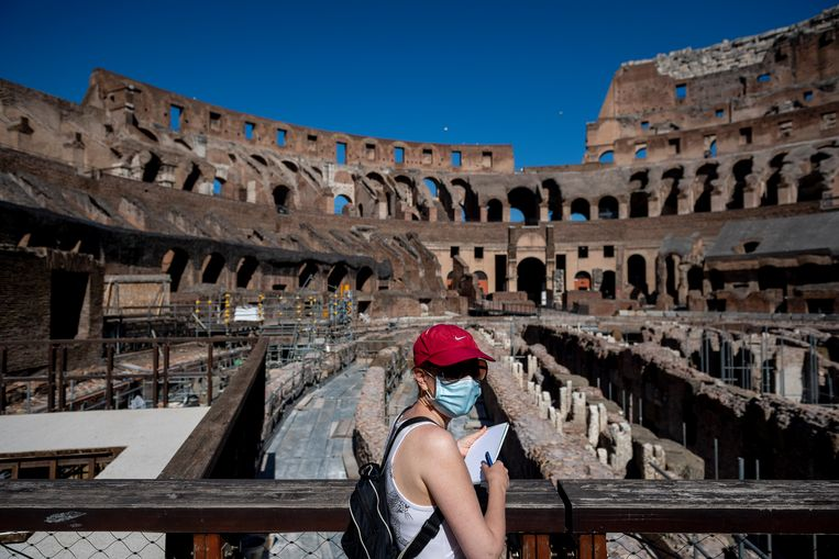 Langzaam gaat het Colossum, één van de belangrijkste toeristische trekpleisters van Rome, weer op.  Beeld Getty Images