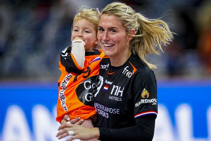 Estavana Polman met haar dochter Jesslynn na de wedstrijd tegen Angola.