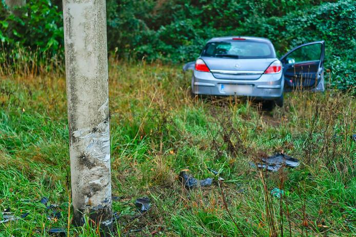 Auto botst tegen lantaarnpaal in Eersel.