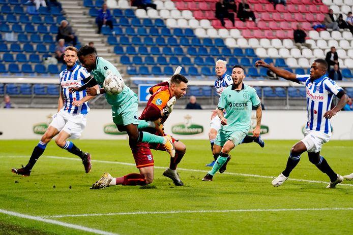 Nunnely gaat over de knie van Mulder. Willem II ging zaterdag in Heerenveen onderuit.
