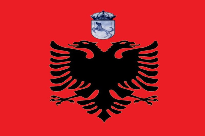 De vlag van de niet-erkende republiek Chameria, haast identiek aan de Albanese vlag.