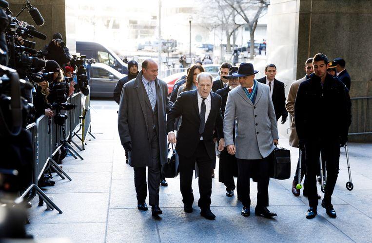 Harvey Weinstein omringd door zijn advocaten.  Beeld EPA