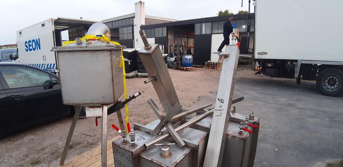 De ontmanteling van het drugslab aan de Tonsedijk in Zwingelspaan.