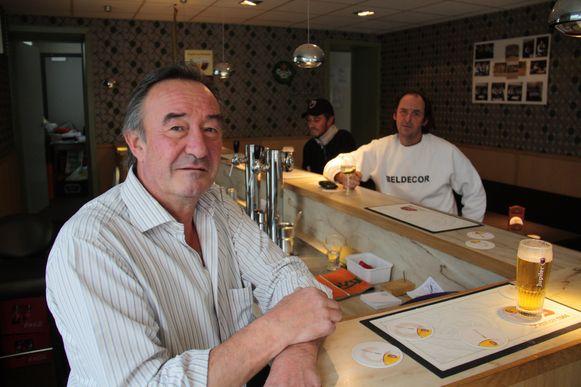 Johan Vandersmissen achter zijn toog in 't Kalm Hoekske toen hij in 2011 een overnemer zocht.