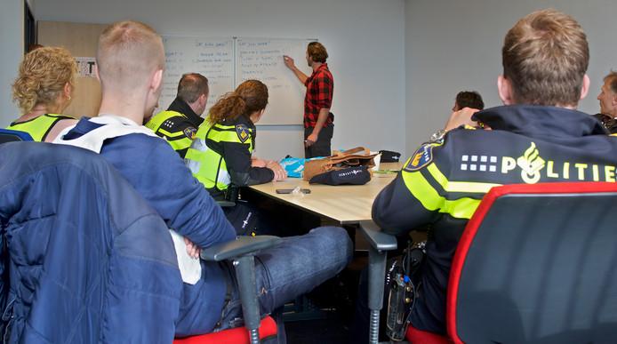 Politiecursus Pro Actief Signaleren op en rond het station in Tilburg. Op het buro wordt de ochtend geevalueerd. Wat ging er goed, wat kan er nog beter ?