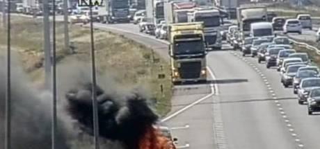 File op A12 tussen Arnhem en Zevenaar lost op: auto gaat in vlammen op
