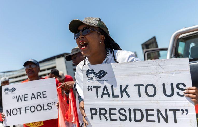 Werknemers van South African Airways (SAA) protesteren op een vliegveld in Kaapstad, Zuid Afrika.  Beeld EPA, NIC BOTHMA