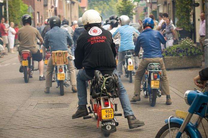 Tientallen antieke brommers vertrekken in Zegge voor een toertocht. foto Else Loof/het fotoburo