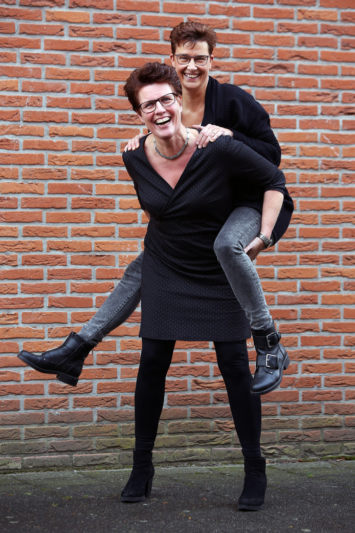 Mascha Jansen (staand) en Jacqueline Tielemans zijn er voor elkaar in voor- en tegenspoed.