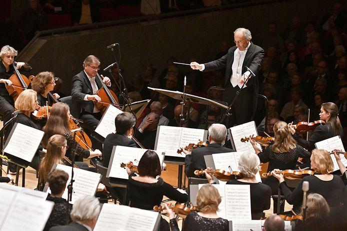 Het Orkest van het Oosten met dirigent Ed Spanjaard.