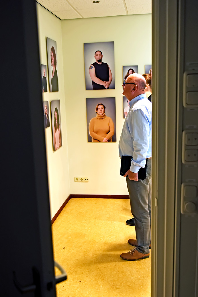 Het werk van fotografe Joyke Veuskens hangt ter bezichtiging in een van de separeercellen van het Hooghuys in Etten-Leur.