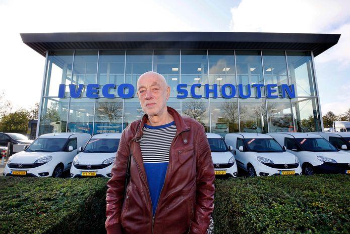 Piet Hartman voor het pand van Iveco Schouten, een van de bijzondere bedrijven in het boek.