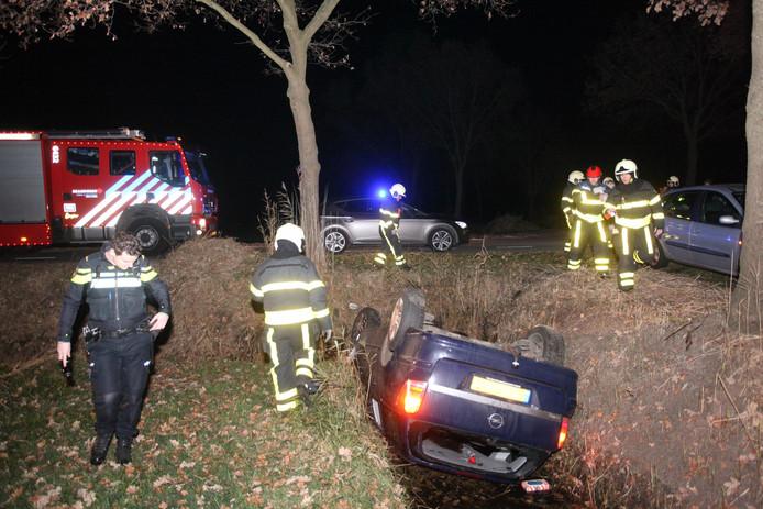 De auto belandde ondersteboven in de sloot.