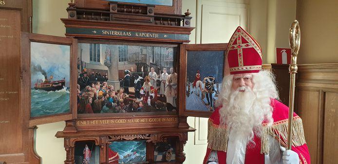 Fred Niessen, de hulpsinterklaas van Heythuysen opende vorige week de luiken van het retabel, waarmee het sinterklaasseizoen in de Sint Nicolaaskerk werd geopend.