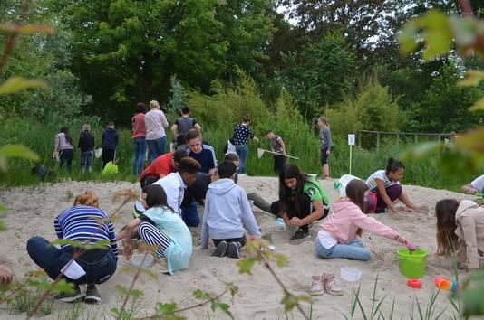 Leerlingen van de Don Boscoschool uit Dordrecht spelen met elkaar in het Spoorpark op de Buitenspeeldag.