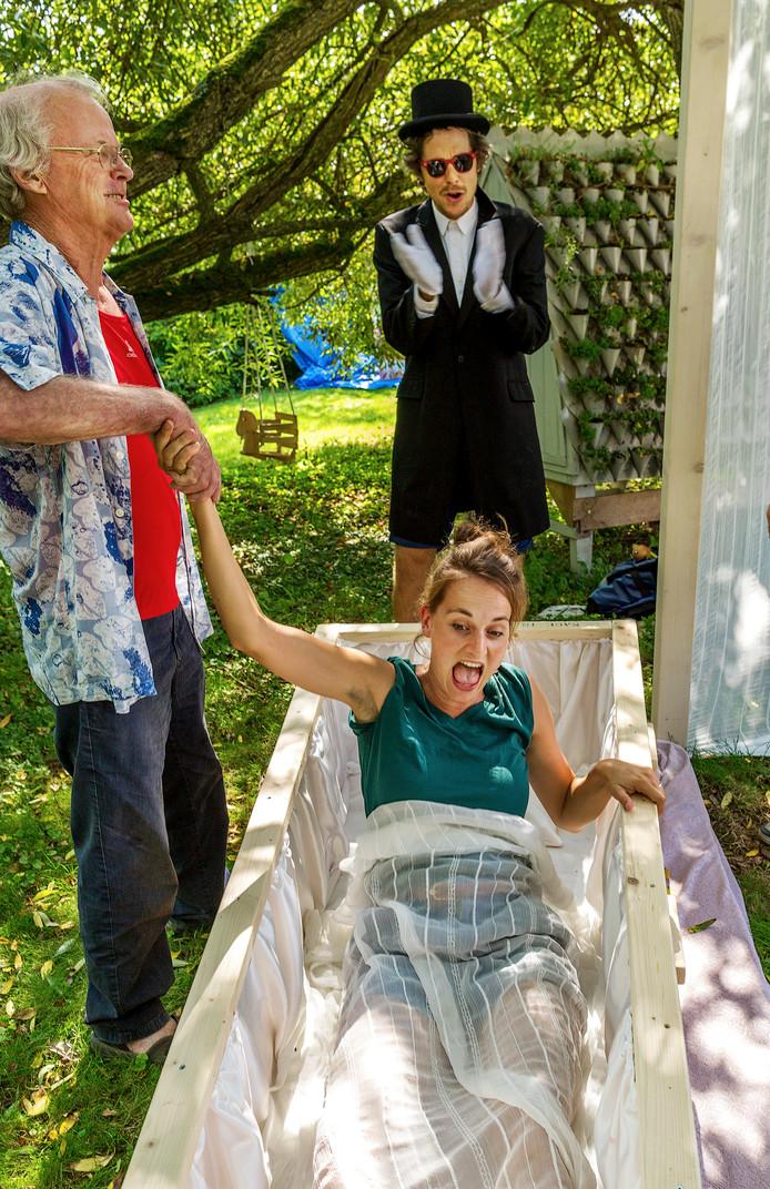 Quintie Keijzer(29) ligt in haar doodskist op het Bucketlist Festival van 2016. Links haar vader Jon Keijzer ( 67).