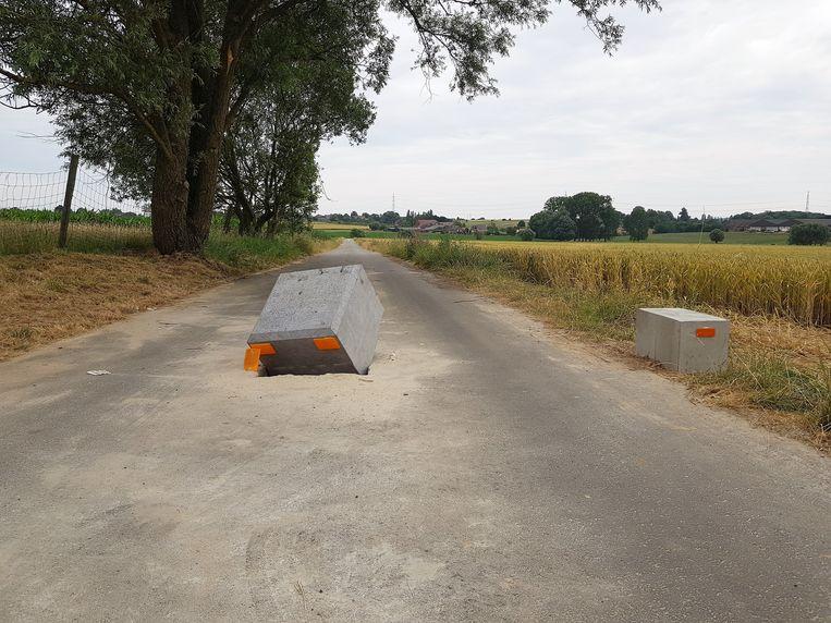 De tractorsluis op de Kiethomstraat tussen Beert en Halle werd vernield door vandalen.