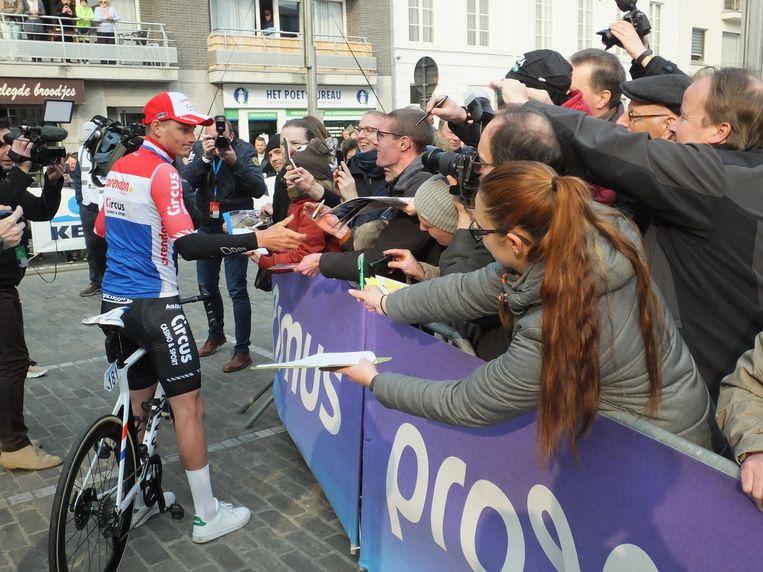 Mathieu Van der Poel maakt even tijd voor handtekeningen.